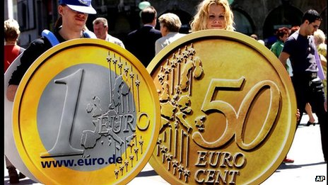 Young Germans carrying paper replicas of the euro, Munich (file photo, 2001)
