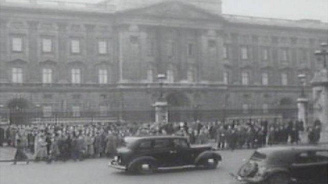 Mourners outside Buckingham Palace, Feb 1952