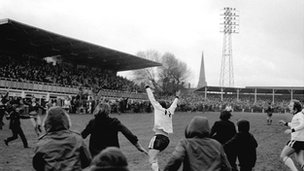 Ronnie Radford (centre) after scoring