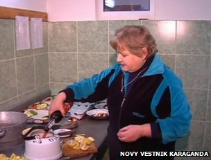 """Grog"" is prepared in a kettle at the Karaganda Zoo (still from video via Novy Vestnik Karaganda)"