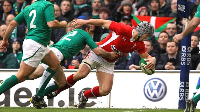 Jonathan Davies dives over to score for Wales
