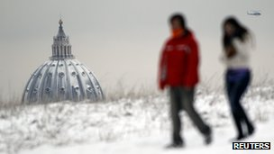 A view of St Peter's Basilica after snowfall in northern Rome (4 Feb 2012)