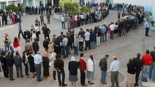 Tunisians wait in a line outside a polling station in Tunis (23 Oct 2011)