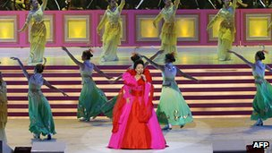 Peng Liyuan performs during the Grand Variety Show in Hong Kong, 30 June 2007