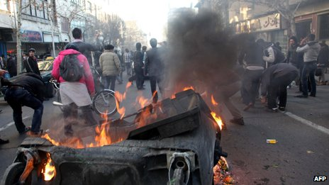 Protesters clash with riot police in Tehran (14 February 2011)