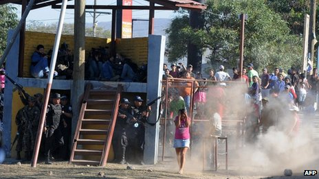 Police fire warning shots as inmates' relatives throw stones at them in Comayagua