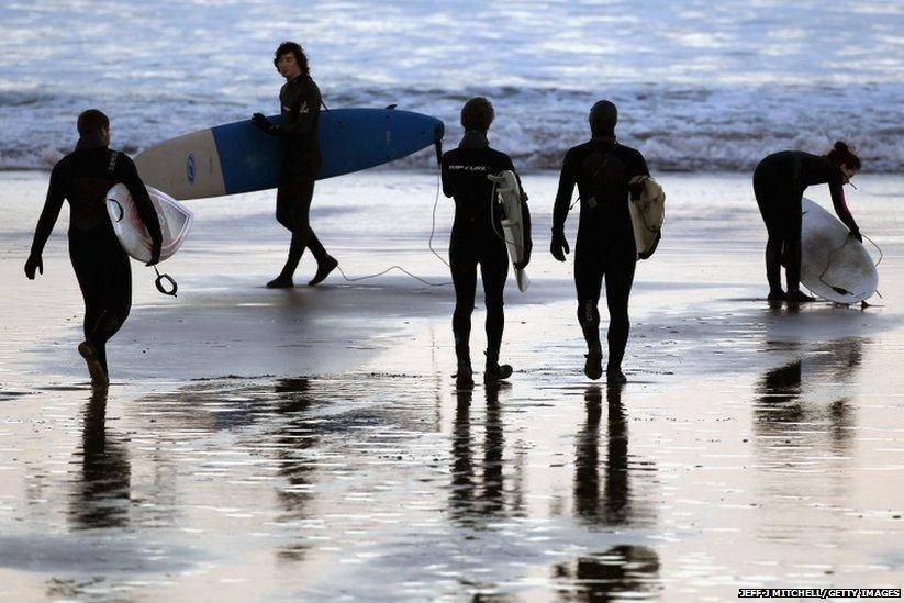 Surfers προετοιμάσει για να μπείτε στο νερό