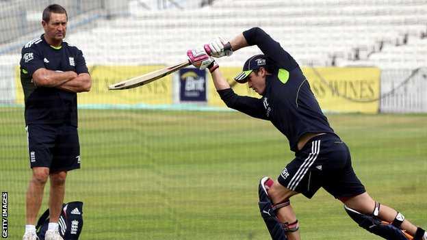 Graham Gooch watches Craig Kieswetter bat in the nets