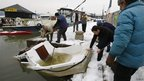 People try to salvage a boat from the River Danube, Belgrade (20 February 2012)