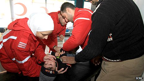 Personnel from the Syrian Arab Red Crescent treat an injured child in Bludan (recent picture released by the ICRC)