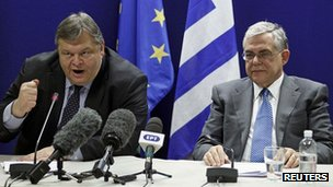 Greek Finance Minister Evangelos Venizelos (L) and Greek Prime Minister Lucas Papademos