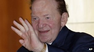 Sheldon Adelson waves in Hong Kong 7 June 2011
