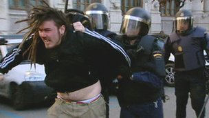 A riot police officer and a protester in Valencia in Spain (20 Feb 2012)