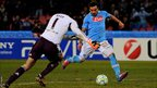 Ezequiel Lavezzi of Napoli shoots past Petr Cech of Chelsea to score his team&#039;s third goal 