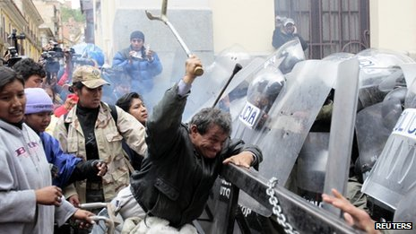 Disabled protesters clash with police in La Paz