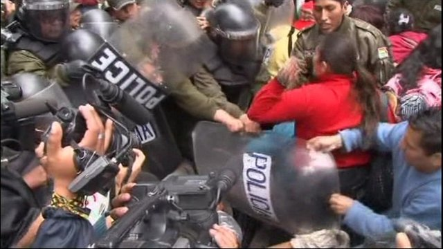 Disabled protesters clash with police in Bolivia