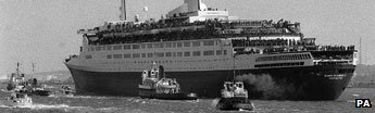QE2 laden with troops