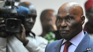 Senegalese President Abdoulaye Wade (R) arrives on 27 February 2012 for a public declaration at the presidential palace in Dakar.