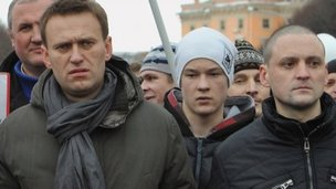 Blogger Alexei Navalny (L) and left-wing activist Sergei Udaltsov (25 Feb 2012)