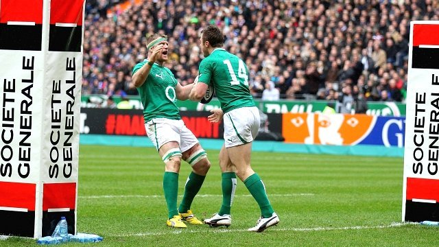 Tommy Bowe is congratulated after scoring in Paris