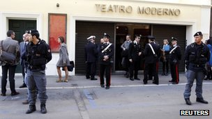 Police officers stand in front of the Moderno Theatre during the opening pre-trial hearing for the cruise liner Costa Concordia disaster in Grosseto (3 March 2012)