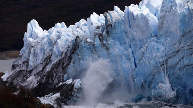 Chunk of glacier falls into Lake Argentina