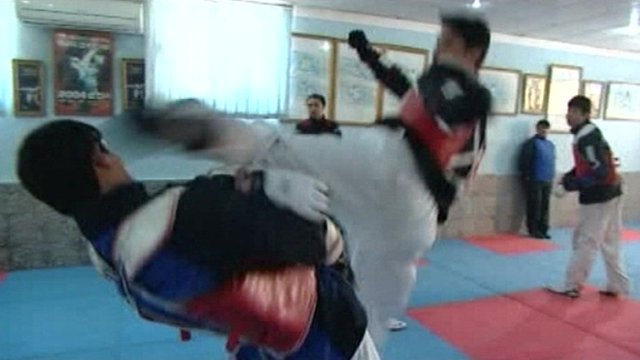 Nesar Ahmad Bahawi sparring in a gym
