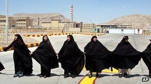 As mulheres iranianas as mãos fora da instalação de conversão de urânio de Isfahan (2005)