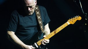 Pink Floyd&#039;s David Gilmour playing a Fender Stratocaster