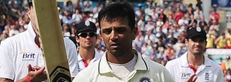 Rahul Dravid walks off, applauded by England fielders, after his last Test innings in England
