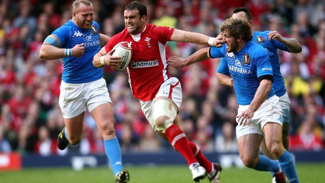 Jamie Roberts breaks through the Italy defence