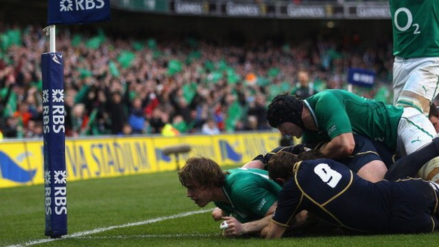 Andrew Trimble scores Ireland&#039;s third try
