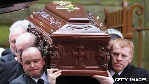 Celtic manager Neil Lennon (right) helps carry Paul McBride&#039;s coffin