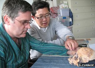 Researchers discuss skull (D.Curnoe)