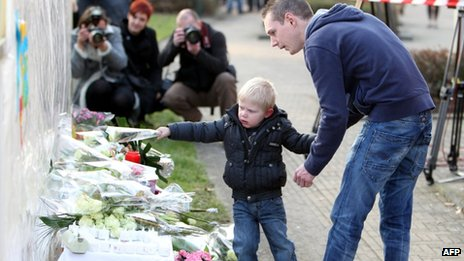 Flowers are placed outside 't Stekske primary school in Lommel (14 March 2012)