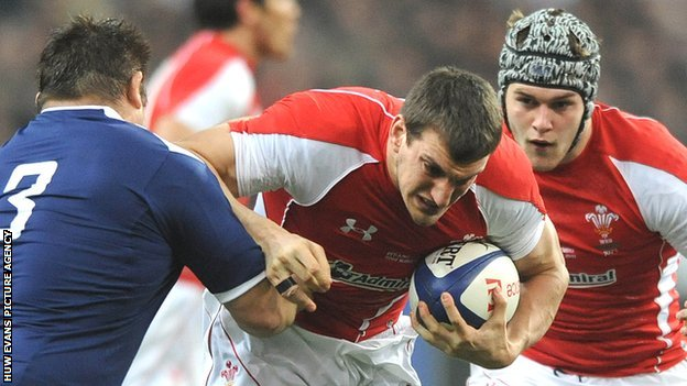 Sam Warburton, with Dan Lydiate behind, takes on France during the 2011 RWC