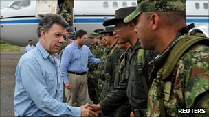 Colombian President Juan Manuel Santos meeting soldiers in Arauca, 18 March 2012
