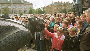 Latvians topple statue of Lenin