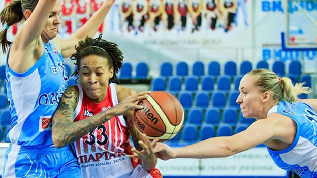 American Seimone Augustus (centre) playing for Spartak Vidnoje