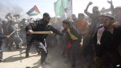 Hamas police beat back protesters trying to reach the Erez crossing in the northern Gaza Strip (30 March 2012)