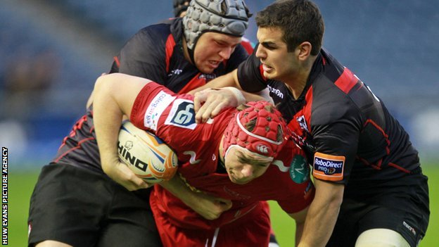 Scarlets' Kieran Murphy tries to go past Edinburgh's Stuart McInally