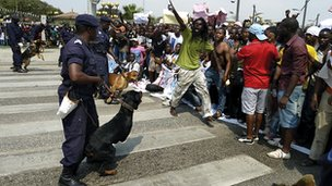 Police face protesters in Luanda