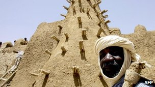 Residents of Timbuktu restore the City of 333 Saints&#039; Djingareyber Mosque 10 April 2006 ahead of the Maouloud festival, marking the birth of the Muslim Prophet Mohammed.