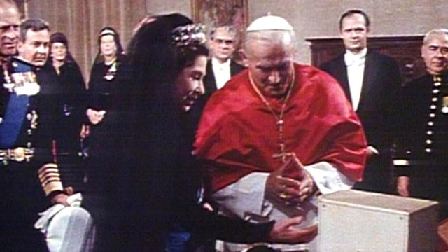 Queen meets Pope John Paul II