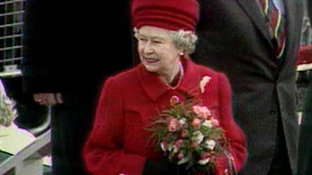 Queen marks peace in Belfast