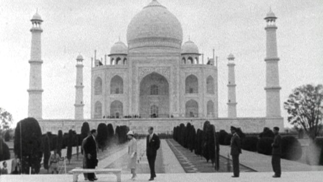 Queen visits Taj Mahal