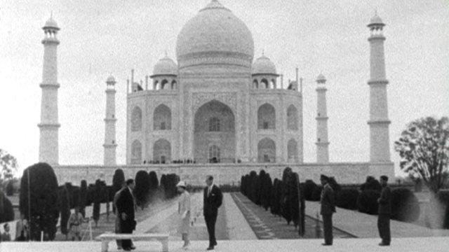 Queen visits Taj Mahal
