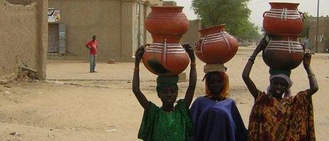 Women in Gao carrying pots