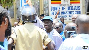 Kizza Besigye (C) outside a court in Kampala, 28 March 2012