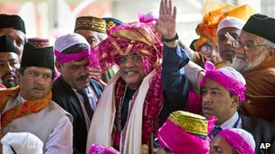 Pakistan President Asif Ali Zardari waves after offering prayers at the Ajmer Sharif, the shrine of Sufi saint Khwaja Moinuddin Chishti, in Ajmer, 400 kilometres (250 miles) southwest of New Delhi, India , Sunday, April 8, 2012.